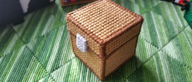 Minecraft Chest - Plastic Canvas Pattern. Free pattern at yarngames.com