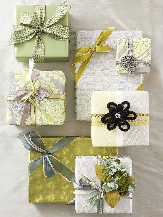 paper + bow + ornament = stylish wrapping Gift wrapping