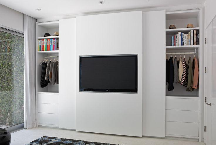 In de schuifdeur van deze strakke slaapkamer inbouwkast is de TV verwerkt! | Inrichting-huis.com