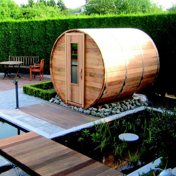 Sauna in de vorm van een vat. De barrelsauna is gemaakt van 40 millimeter dik Red Cedar hout. In de sauna zijn zitbanken op twee verschillende niveaus gemaakt. Cottage Life