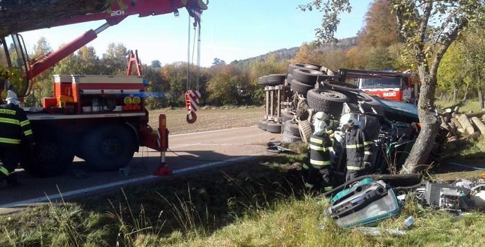 Zavalenému řidiči byly po nehodě vidět pouze prsty. O jeho život bojovali nejen záchranáři http://plzen.cz/tag/hasici-2/
