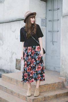 黒Tシャツと花柄スカート着こなしコーデ