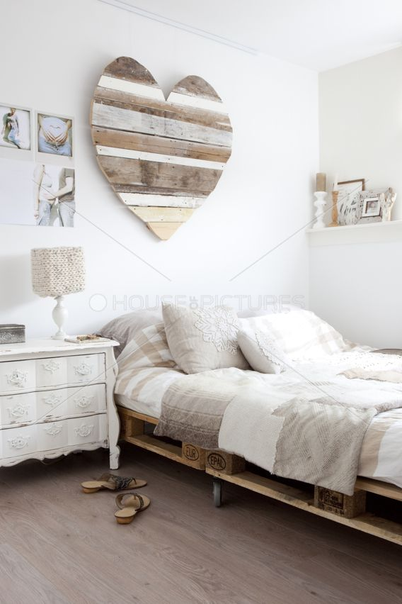 Herziges Schlafzimmer ♡ I could see this as exterior wall or fence art
