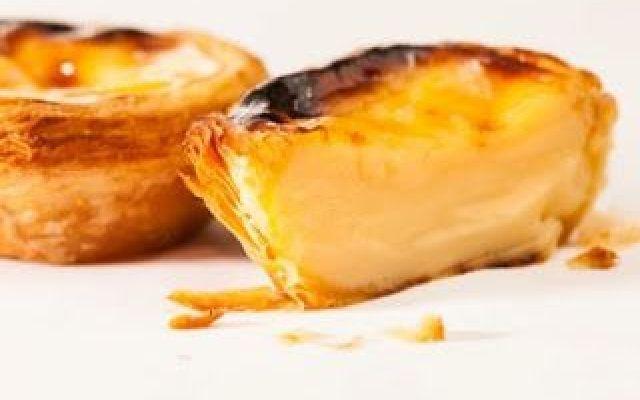 Come prima cosa occupatevi della preparazione della crema dei pasteis: versate il latte in una ciotola e sbattetelo con energia con una frusta aggiungendovi la panna, i tuorli delle uova, lo zucchero