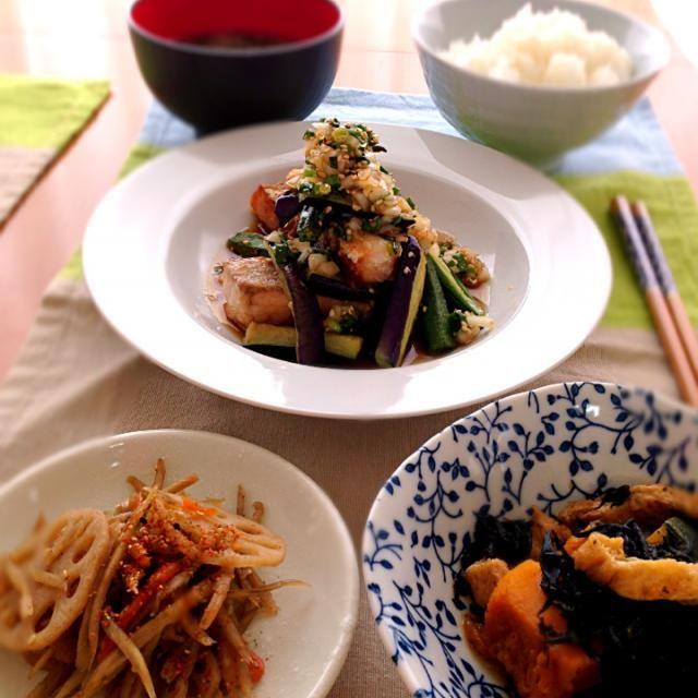 今日のお昼ごはん☆ 旦那さんから、お魚料理との リクエストで。  ○鮭と夏野菜の香味ソース ○カボチャとひじきの煮物 ○きんぴらゴボウ ○あおさ海苔のお味噌汁 ○白ご飯 - 75件のもぐもぐ - 休日お昼ごはん☆ by Donmama