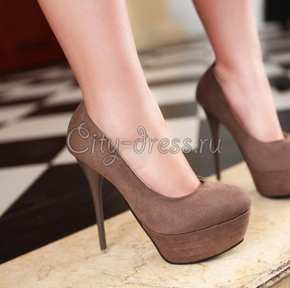Модные туфли на высоком каблуке коричневые