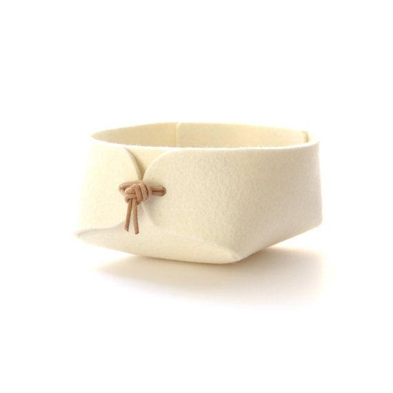 Bella organizzatori in feltro di lana. Uso come gioielli organizzatore sulla vostra mensola del bagno, sul comodino o nella hall / foyer per piccole cose come chiavi e monete.  Vedi tutti disponibili colori qui: https://www.etsy.com/shop/SKANDINAVIOUS?section_id=5809296&ref=shopsection_leftnav_2  Dimensioni (Piccolo - diametro 10 cm/4 , altezza 6 cm/2,4) (Medium - diametro 13 cm/5,1 cm, altezza 7cm/2,8 ) (Grande - diametro cm 17/6,7 cm, altezza 8,5 cm/3.3 ) (grandi dimensioni disponibile in…