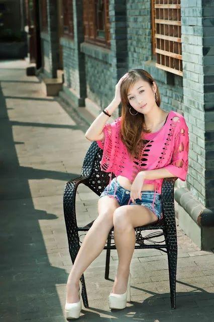 korean girl sit the chair and beautiful pink dress 10.68 koreansk pige sidder på stolen og smuk lyserød kjole