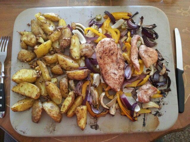 Kartoffelspalten und Hähnchen auf Paprika / Fenchelgemüse Von meinem Mann gekocht