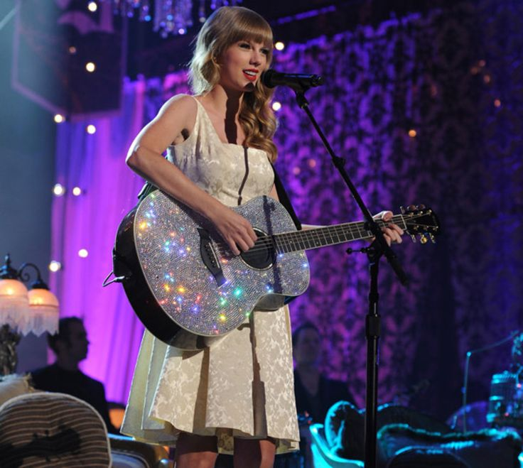Check out Taylor's live acoustic performance of new RED songs and your other favorites on VH1's StoryTellers this Sunday (11/11/2012)  at 6/5c and again at 11/10c on VH1!