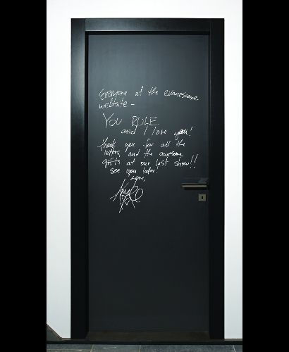 Writable door with a blackboard/chalkboard finishing on which you can write with a chalk, or with a metallic white painted sheet on which you can write with dry-wipe markers like on a whiteboard. Invisible hinges, magnetic lock, door jamb lacquered in any colour from the RAL palette. Panel edge in birch plywood treated with natural linseed oil available as an option. This modern interior door has a unique design that make it suitable for offices, kitchens and shops.