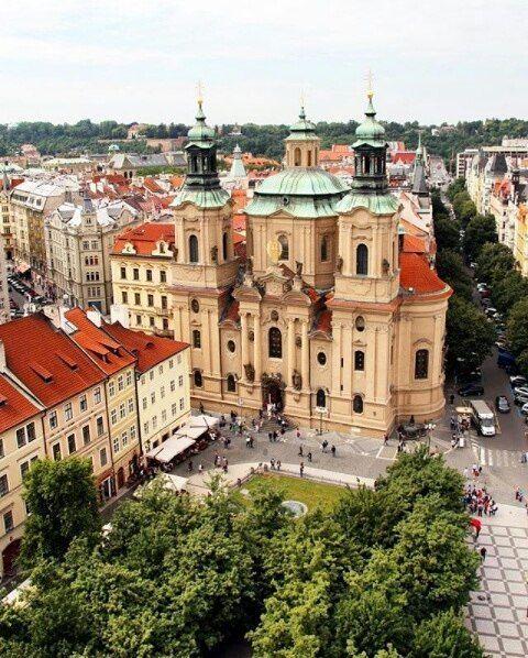 Una hermosa foto desde un angúlo maravilloso en Praga ciudad que es capital de la República Checa.   . Muchas gracias @andiamoconnoi por compartir esta foto con nosotros.