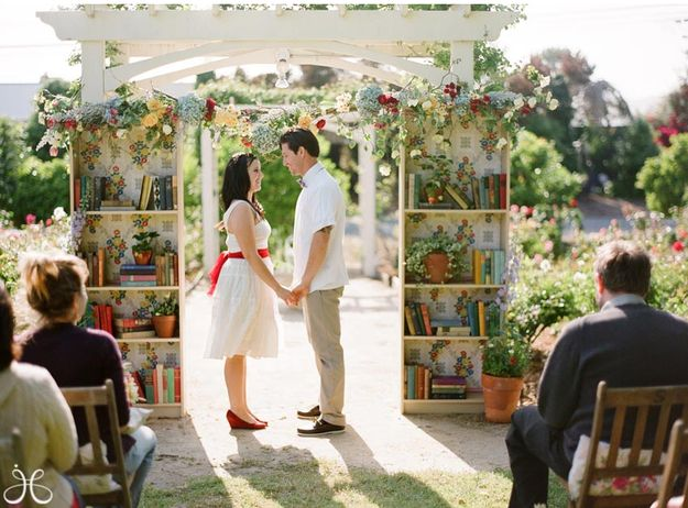 Planning the perfect book-inspired wedding, from invitations to decorations to flowers to photos to gifts to cakes.: