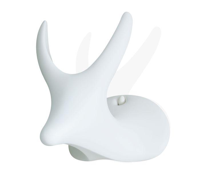 Sgabello My Deer, Jeroen Wesselink.  My deer, lo sgabello da appendere realizzato da Jeroen Wesselink della Design Academy di Eindhoven.  Raffigurante una testa di cervo in materiale plastico, appeso alla parete è un trofeo di caccia stilizzato, a terra diventa un divertente e versatile sgabello di design.