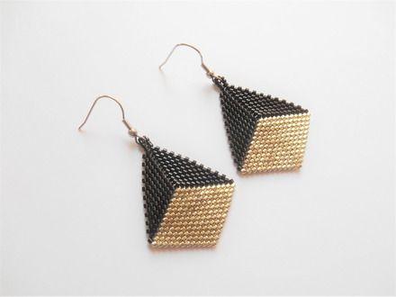 boucles d'oreilles en forme de diamant noir et argenté  . réalisée par moi-même en prenant soins de la qualité et du détail .  ***********************************  cette  - 20510114