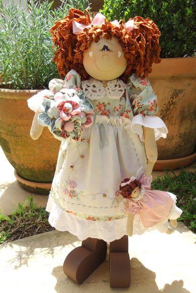 Boneca em madeira, pintada à mão, roupa ,cabelo e anjo confeccionados em tecido 100% algodão, nacional e/ou importado. Vasinho pintado de cerâmica. Frete por conta do cliente. R$ 198,00