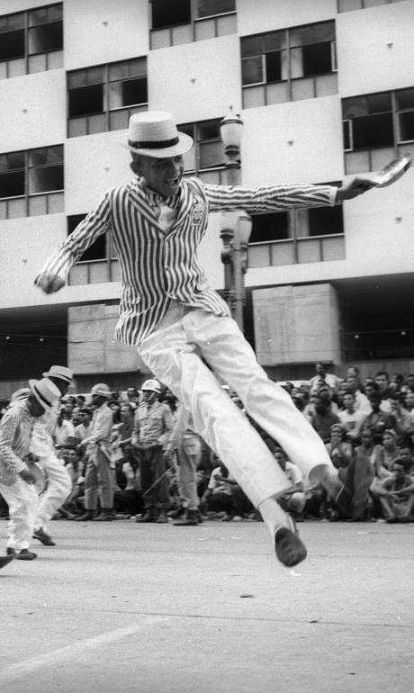 Passista da Mocidade Independente de Padre Miguel, última escola a desfilar no Carnaval de 1965, na Av. Presidente Vargas - Arquivo/28-2-1965  Leia mais sobre esse assunto em http://oglobo.globo.com/cultura/livros/ha-50-anos-historia-do-rio-de-janeiro-foi-recontada-pelo-samba-2-