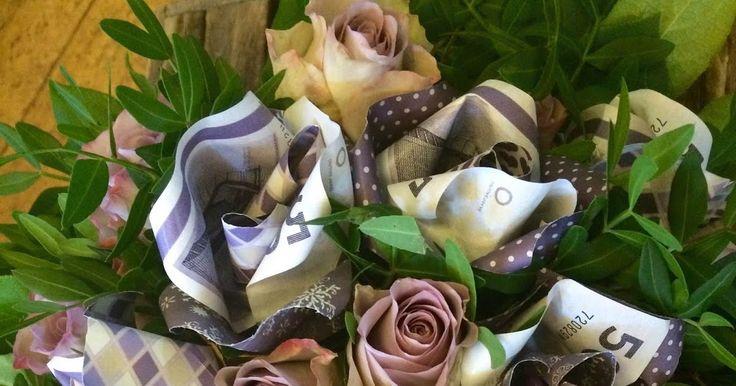 i skøn forening...                               Lilla roser af papir og 50 kr, sedler bundet i buke...