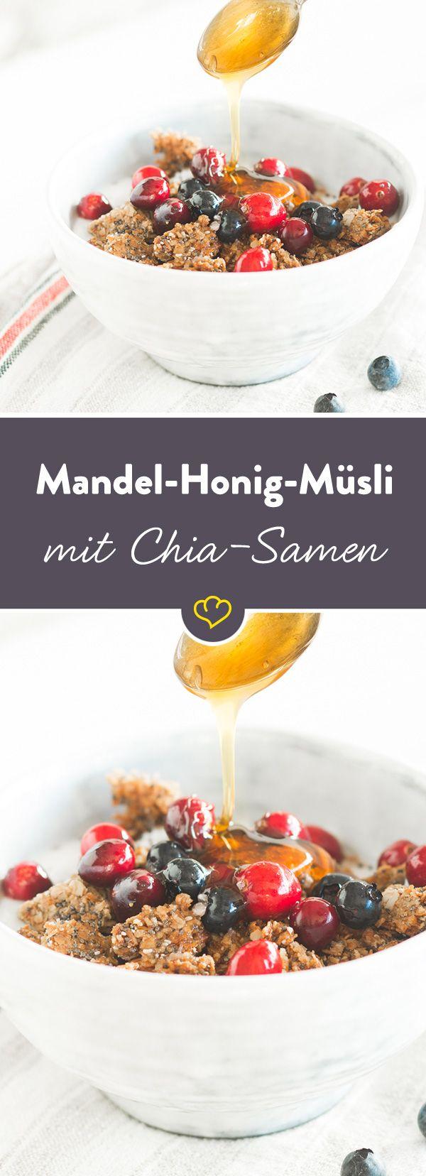 Mit diesem Müsli lockst du Morgenmuffel aus dem Bett. Die Basis: Haferflocken - getoppt von Mandeln, Kokosflocken und gesunden Chia-Samen.