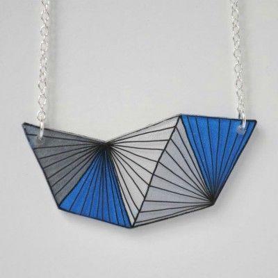 Collier au motif géométrique dessiné à la main sur du plastique fou