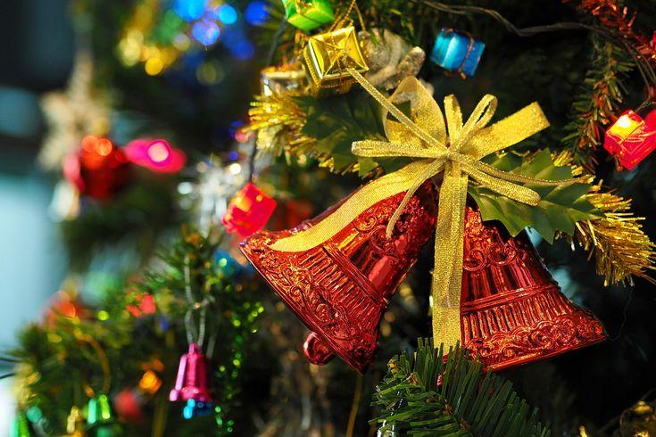 BECAUSE RED AND GOLD MAKE CHRISTMAS. PERCHÉ IL ROSSO E L'ORO FANNO NATALE.  ПОЧЕМУ' КРАСНЫЙ И ЗОЛОТИСТО-ЖЕЛТЫЙ ЦВЕТ ДЕЛАЮТ РОЖДЕСТВО'.