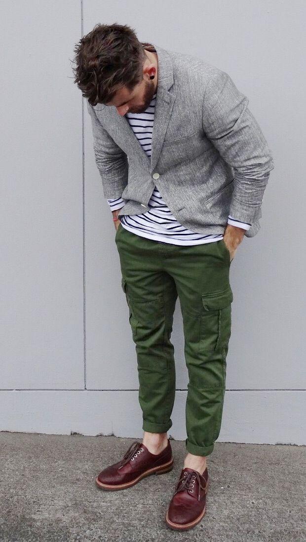 Acheter la tenue sur Lookastic: https://lookastic.fr/mode-homme/tenues/blazer-gris-pull-a-col-rond-blanc-pantalon-cargo-vert-fonce-chaussures-brogues-bordeaux/3152 — Blazer gris — Pull à col rond à rayures horizontales blanc — Pantalon cargo vert foncé — Chaussures brogues en cuir bordeaux
