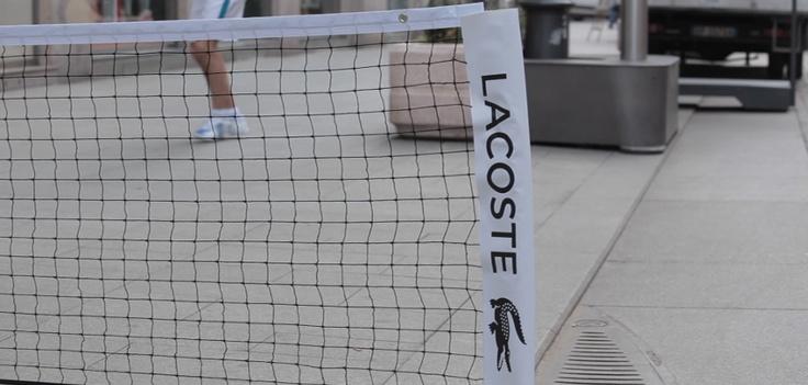 Una pallina, due racchette ed una rete: non serve molto per giocare una partita a #tennis e si può fare dovunque! #Lacoste