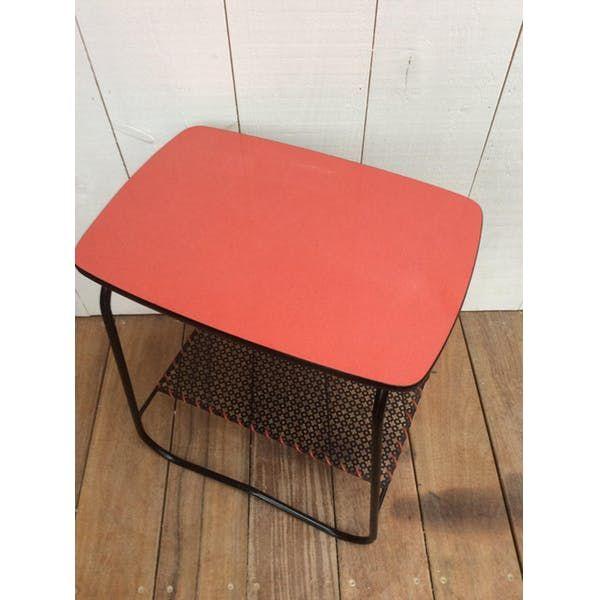 Petite table années 50 pouvant servir de table de chevet, bout de canapė ou table d'appoint. Structure tubulaire acier noire . Plateau Formica rouge. Tablette inférieure... - fer - bon état - vintage