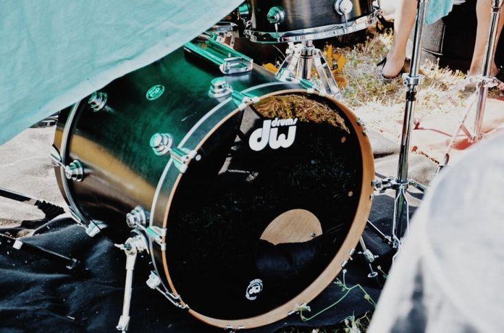 Fotografie di Chiara Arrigoni delle grancasse dei batteristi del Rockin' 1000 a Cesena, luglio 2015. Scopri le batterie... #drum #drumset #rockin1000 #cesena