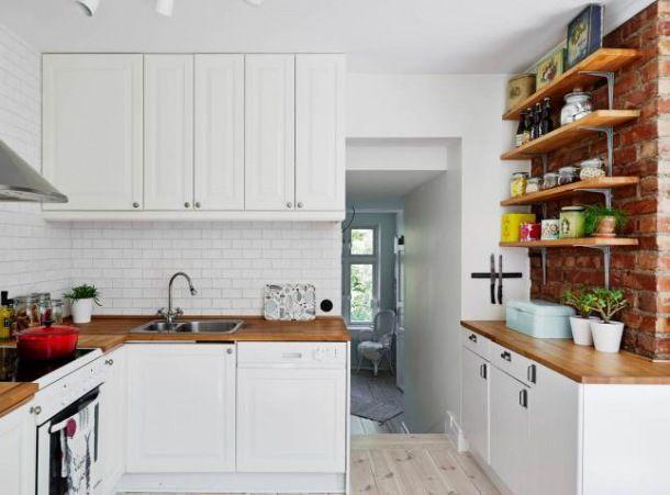 Zdjęcie biała kuchnia z drewnianymi blatami i czerwoną   -> Kuchnia Z Frontami Drewnianymi