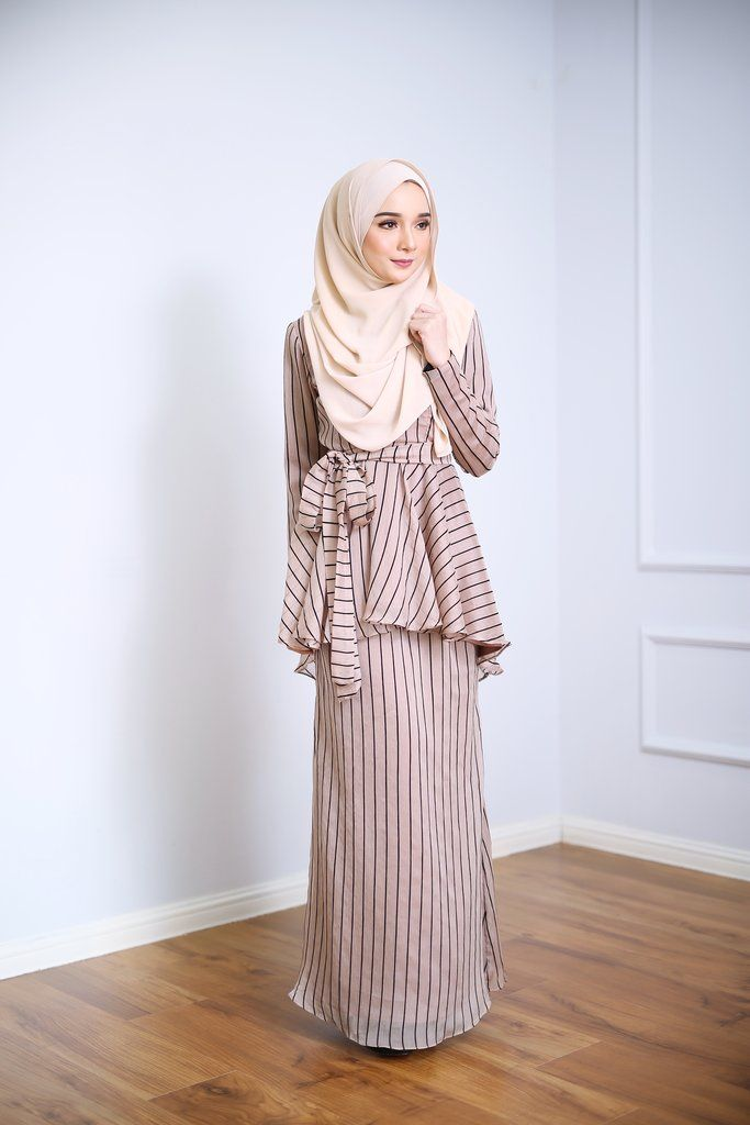 - Fabrics : Chiffon with Fully Lining  - Concealed hook and buttons - Belt included - Wudu' Friendly - Hand Wash  - Model is wearing extra small size ***Due to