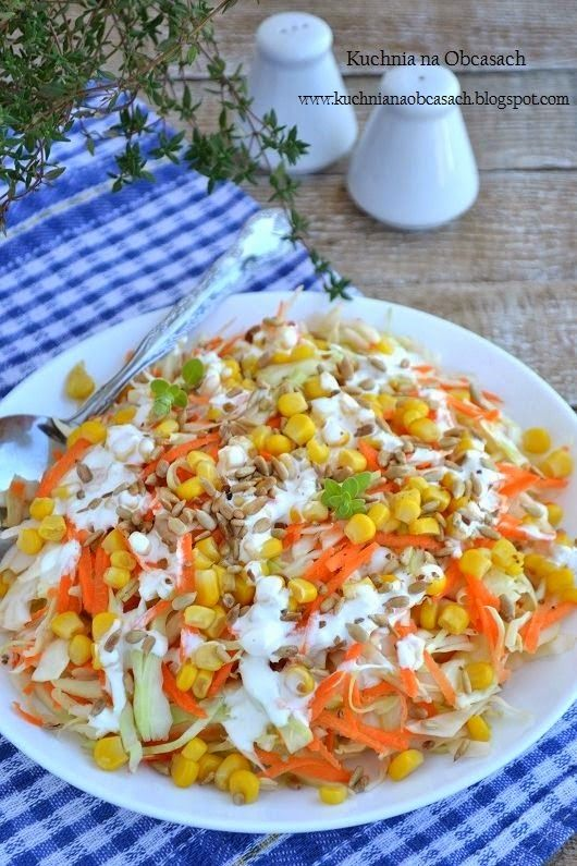 kuchnia na obcasach: Surówka z białej kapusty z kukurydzą, prażonym słonecznikiem i sosem czosnkowym