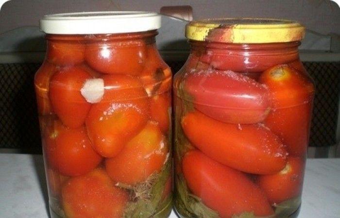Болгарские помидоры на зиму http://mirpovara.ru/recept/2658-bolgarskie-pomidory-na-zimu.html  Маринованные помидорки - это, пожалуй, одна из самых популярных закаток в каждой семье. Поэтому реце...  Ингредиенты:  • Помидоры - 500г. • Уксус - 100мл. • Сахар - 12ч. л. • Соль - 5ч. л. • Чеснок - 3зуб. • Лавровый лист - 2шт. • Перец горошком - 4шт. • Зелень - по вкусу  Смотреть пошаговый рецепт с фото, на странице:  http://mirpovara.ru/recept/2658-bolgarskie-pomidory-na-zimu.html
