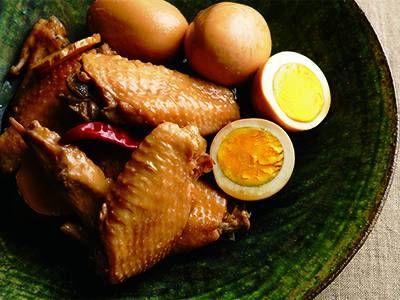 大庭 英子 さんの鶏手羽先を使った「手羽先とゆで卵の酢じょうゆ煮」。じっくり煮込むと、手羽先の骨離れがよくて食べやすいのも魅力です。酢の酸味はとび、うまみと風味が残ります。味のしみた卵も絶品。 NHK「きょうの料理」で放送された料理レシピや献立が満載。