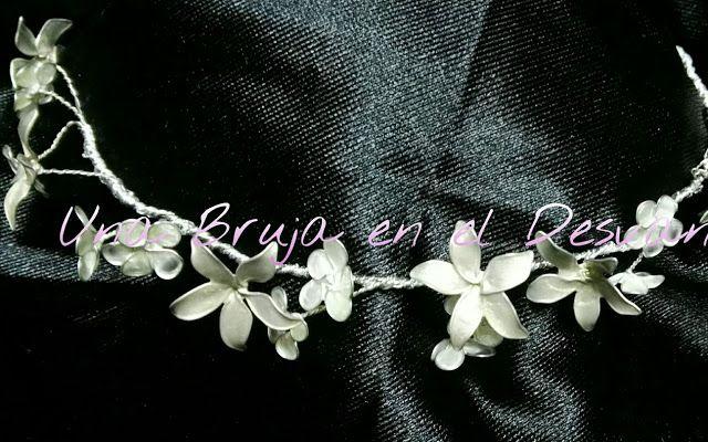 """Google+  https://m.facebook.com/Una-Bruja-en-el-Desvan-749822558496828/ COLECCIÓN TOCADOS Por fin terminada esta tiara a la que he llamado """"PRINCESA DE GRECIA"""" Delicadas florecillas con un toque nacarado adornarán tu pelo como una verdadera princesa ¿Como te ves con ella? Pieza realizada en alambre flexible de joyería, forrado con hilo plateado y adorno de flores nacaradas en dos tonos. Trabajo elaborado artesanalmente por Montse El Desván Creativo de Brujita."""