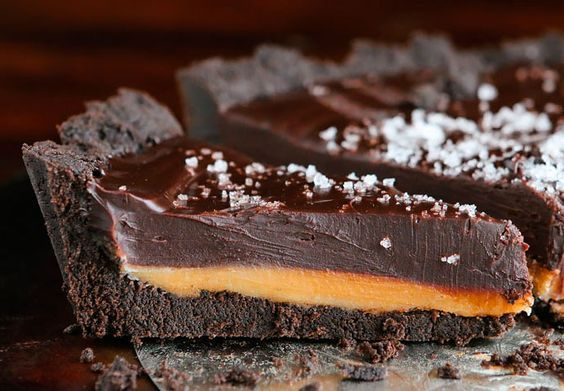 Den lækreste dekadente Oreo-tærte med salt-karamel og mørk chokolade - og kun fem ingredienser!