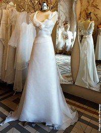 Corsage et jupe Rosebud, Monique Germain - Robes de mariée 2007 - Corsage ajusté et asymétrique, portant dans le decolleté une rose tel un bijou. La jupe est plongeante dans le dos. L'ensemble en organza de soie peut aussi être réalisé en robe...
