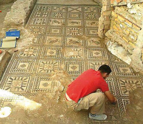 Aparece un gran mosaico romano bajo una obra en Alcalá del Río (Sevilla) - Arqueología, Historia Antigua y Medieval - Terrae Antiqvae