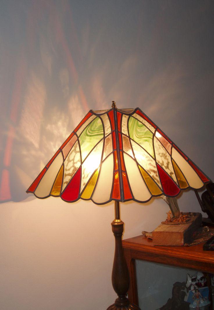 Lampara en vidrios de colores y transparentes esmerilados unidos con lineas de plomo y soldada stained glass lampsstained glass designstiffany