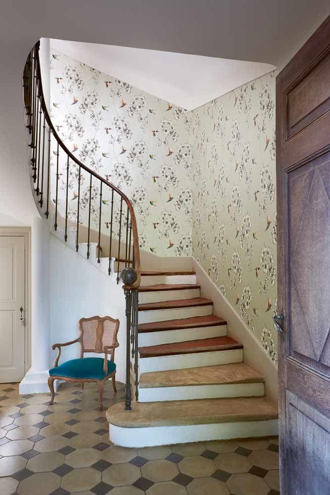 Inspirerande hall och trappa med #tapet från kollektionen Amazilia 111062. Klicka för att se fler fina tapeter för ditt hem!
