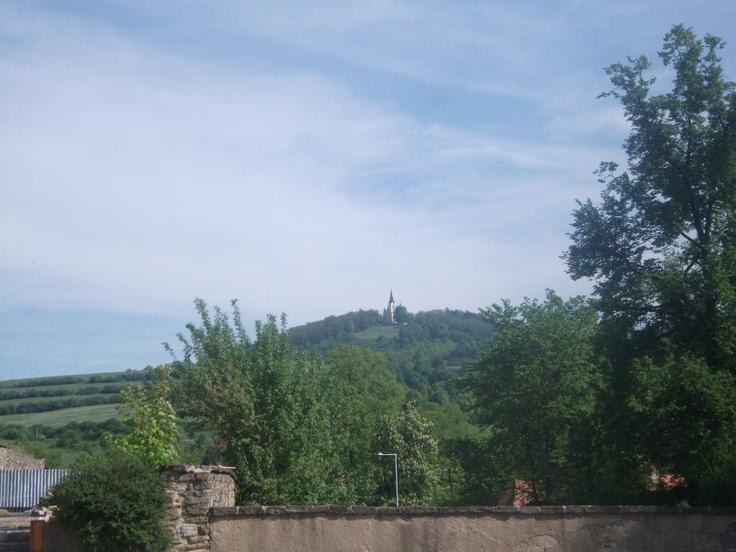 Tam ďaleko na samom vŕšku hľa Mariánska hora.