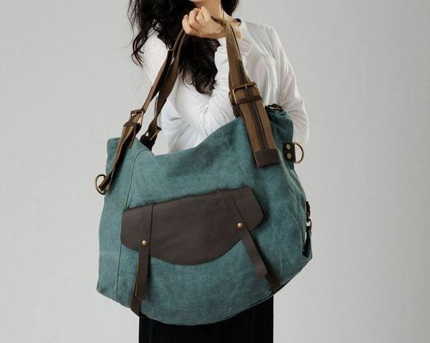 Außentasche mit Lederklappe und Lederriemen, mit denen man ein Stativ befestigen kann