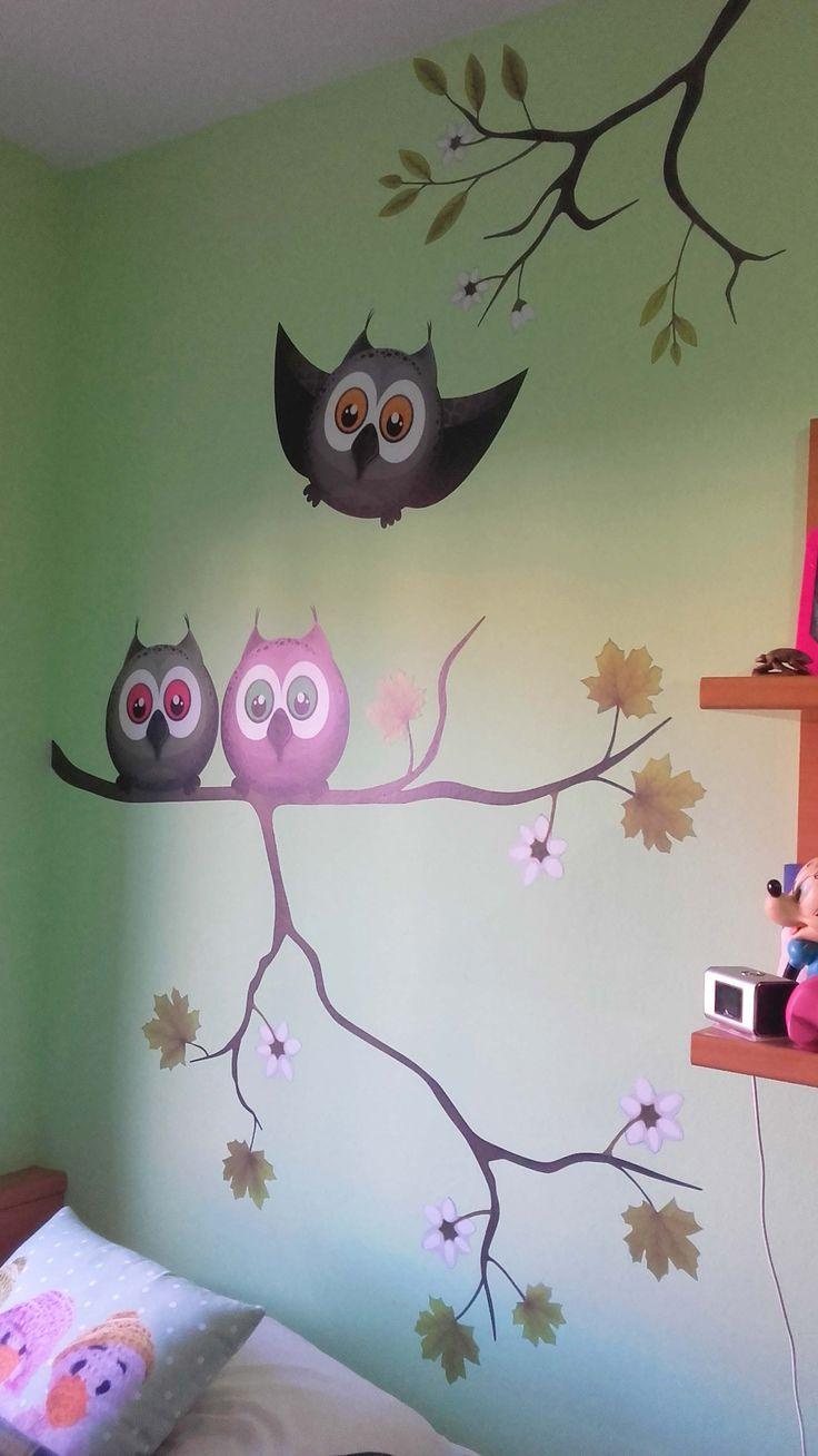 Este mural ha dado un toque divertido al dormitorio de la pequeña Carla, amante de los buhos. Por Nieves Miranda