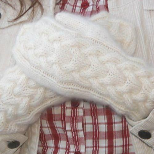Белые варежки спицами узором косы. Теплые варежки вязаные спицами.