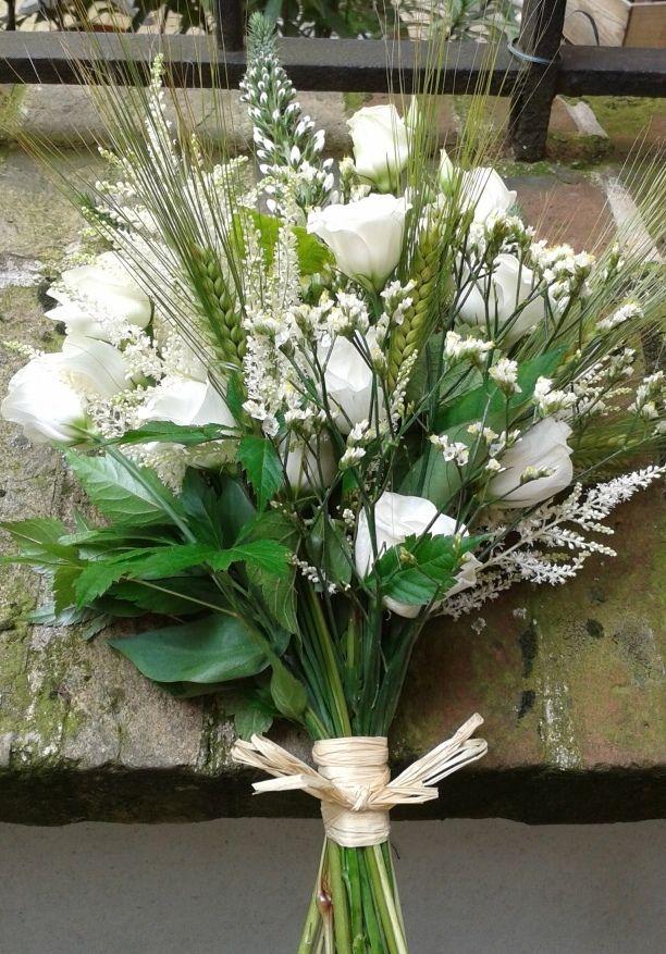 bouquet mariage champêtre. tout en blanc et en fleurs d'été.