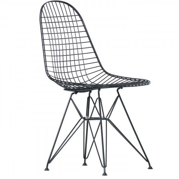 From Paris, with love. Het eerste is niet helemaal waar, het tweede wel. Charles en Ray #Eames ontwierpen hun serie Wire Chair #stoelen als variatie op een thema. De organisch gevormde zittingen uit één stuk uit hun serie plastic stoelen kregen zo een luchtiger nieuw leven. Het onderstel van de Wire Chair DKR #stoel doet met zijn bijzondere constructie denken aan de Eiffeltoren. Zo haal je een verrukkelijk vleugje Frankrijk in huis. #Flindersdesign #woonkamer #inspiratie #design #modern