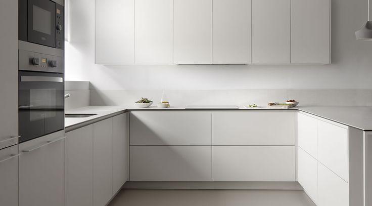 Muebles de cocina, baño y armarios fabricados a medida con la última tecnología y diseño contemporáneo.