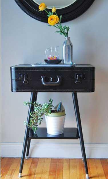 Petite table noire faite avec valise et trépied de récup