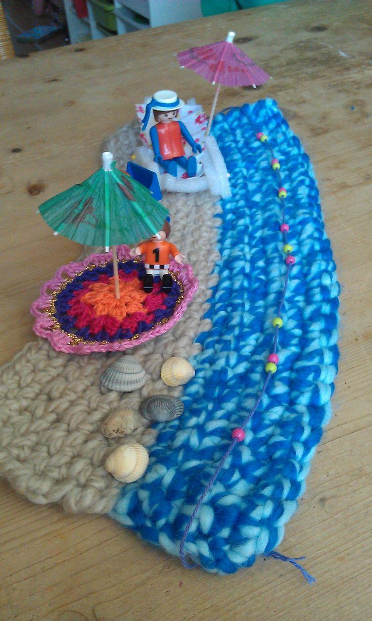 crochet summer beach, send for a snailmail  Een strand met zee gehaakt. Leuk strandmatje dient als (onderzetter voor kopjes)