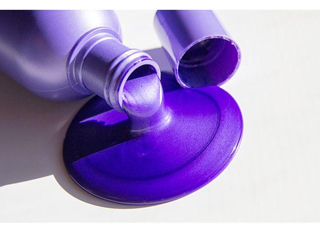 Выясняем, кому в первую очередь нужен фиолетовый шампунь и почему он обладает таким специфическим оттенком.